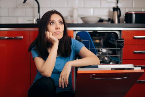 Mujer cansada del lavavajillas.