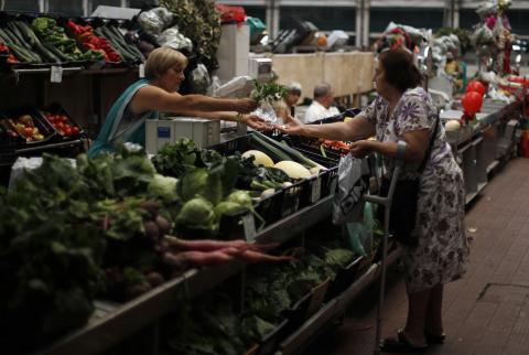 mujer comprando en frutería