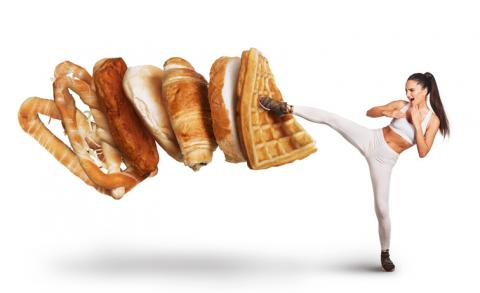 Mujer golpeando pan.