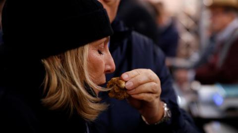 Mujer huele una trufa.