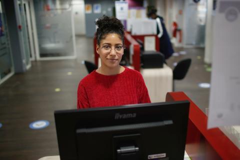 mujer en oficina, ordenador