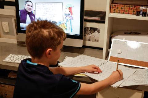 niño siguiendo lcases de manera online por el coronavirus