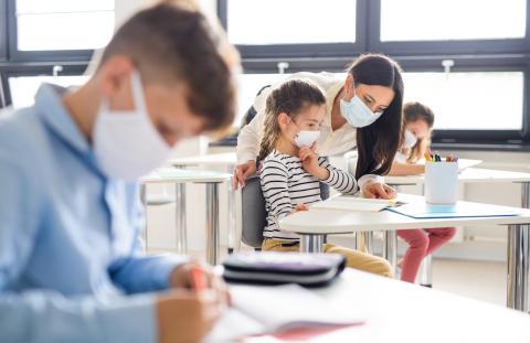 Niños en clase con mascarilla