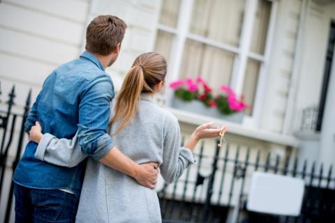 Personas comprando una casa