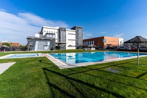 La piscina junto a las oficinas de Software Delsol