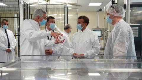 El presidente francés, Emmanuel Macron, visita las instalaciones donde Sanofi investiga la vacuna contra el coronavirus