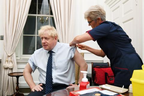 El primer ministro británico, Boris Johnson, se vacuna contra la gripe.