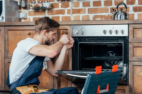 Reparando el horno.
