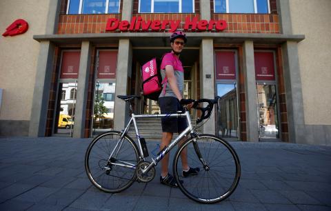 Un repartidor de Foodora posa delante de la estación de Delivery Hero en Berlín.