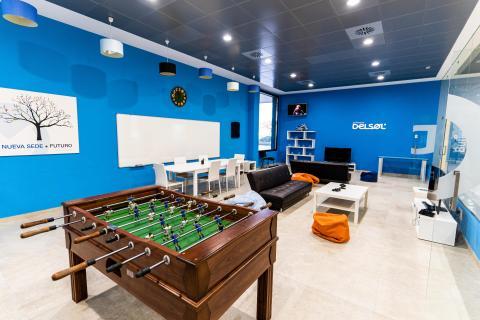 Una de las salas de descanso de Software Delsol, con futbolín, sofás y 2 PlayStation