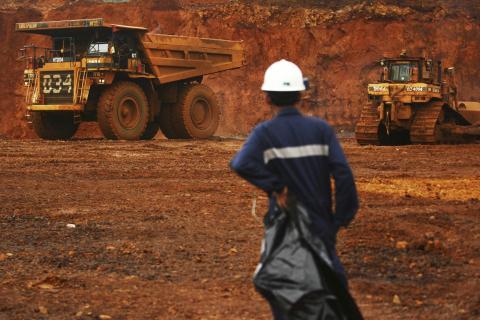 Un trabajador de una mina de níquel en la isla de Sulawesi, Indonesia.