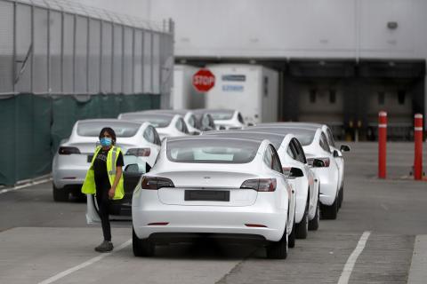 Una trabajadora en la planta de Tesla en Fremont (California, Estados Unidos)