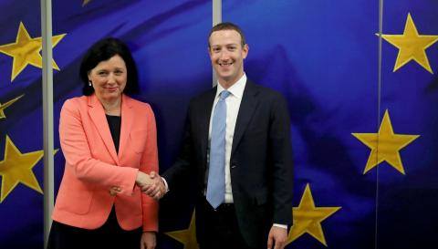 La vicepresidenta de la Comisión Europea, Vera Jourova, y el CEO de Facebook, Mark Zuckerberg