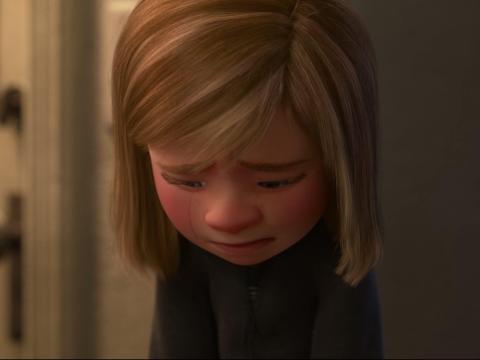 Cuando Riley finalmente acepta sus emociones, hay una escena conmovedora entre ella y sus padres.