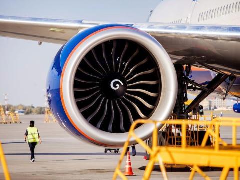 No arrojes cosas al motor de un avión.