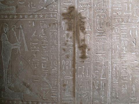 Hay mancha en el sarcófago del profeta Ahmose dentro de la corte egipcia del Neue Museum después de untarlo con un líquido en Berlín, Alemania.
