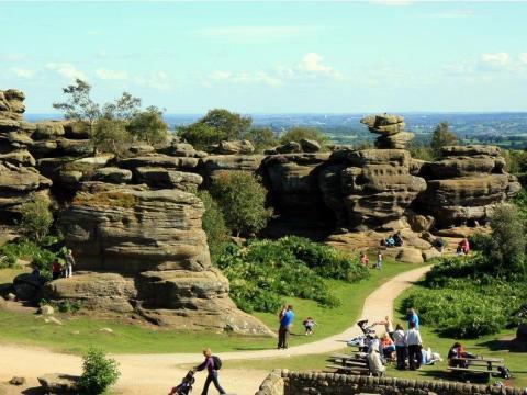 Una roca como la que se ve arriba fue empujada por un peñasco en Brimham Rocks.