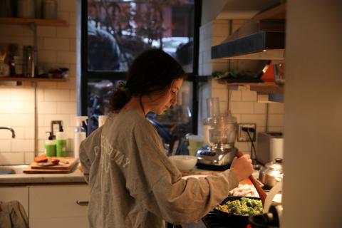 Chica preparando la cena, cocinar