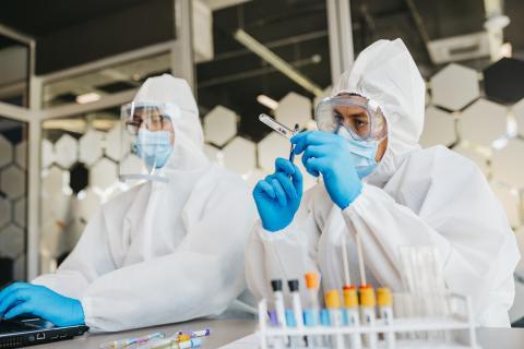 Científicos en un laboratorio.