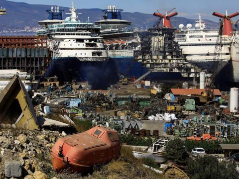 Los cruceros retirados del servicio están siendo desmantelados en el astillero de desguace Aliaga en la ciudad portuaria egea de Izmir, al oeste de Turquía, el 2 de octubre de 2020.