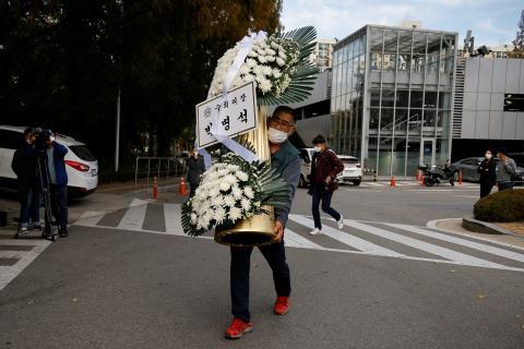 Flores en el funeral del presidente de Samsung, Lee Kun-Hee
