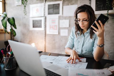 freelance, mujer trabajando