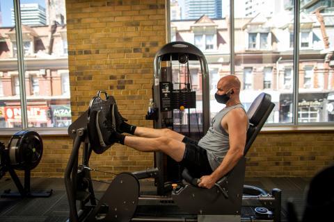 hombre entrenando, deporte, gimnasio