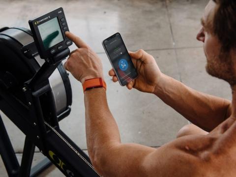 Un hombre revisa los datos de seguimiento de su estado físico en Whoop, una compañía que recaudó 55 millones de dólares de los inversores en noviembre de 2019.