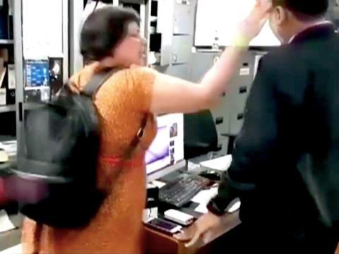 La turista británica Auj-e Taqaddas fue grabada abofeteando a un oficial de inmigración indonesio después de perder su vuelo en julio de 2018.