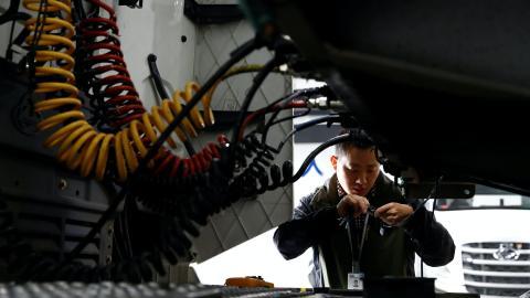 Un ingeniero trabaja sobre un camión con capacidades de conducción autónoma en China.