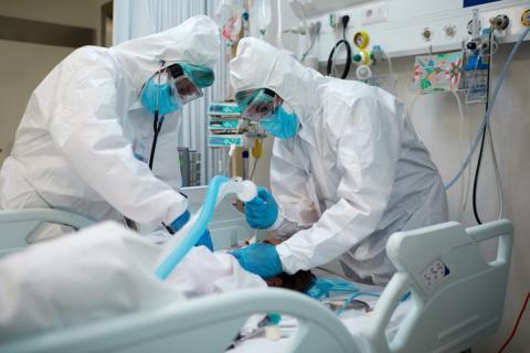 Médicos en un hospital tratando a un paciente con coronavirus.