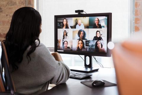 Una mujer asiste a una videoconferencia.