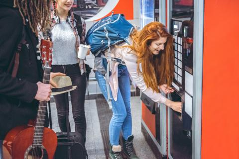 mujer comprando bebida máquina, refrescos