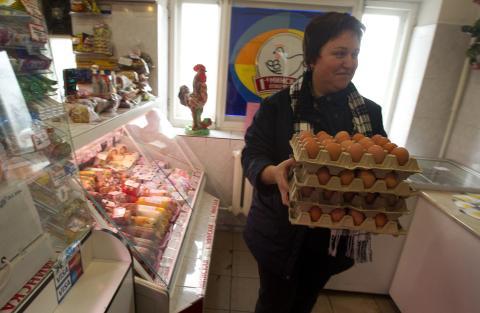 mujer comprando huevos