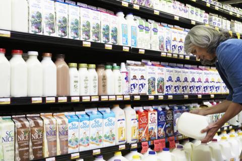 Mujer eligiendo leche.