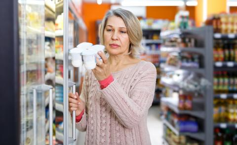 Mujer eligiendo yogures.