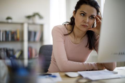 mujer con estrés en el trabajo, cansancio