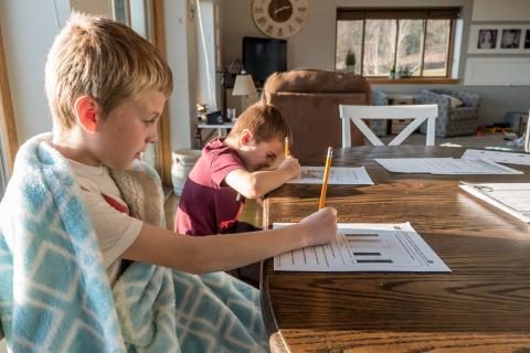 Niños haciendo los deberes