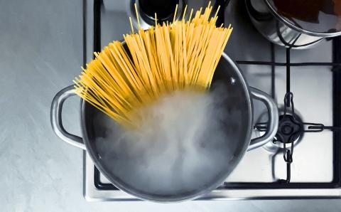 No tires el agua de la pasta: tiene una sorprendente utilidad