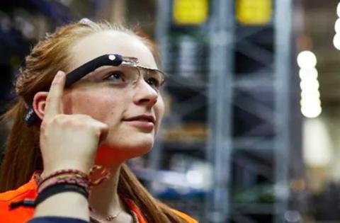Un operaria prueba las smart glasses de ID Logistics