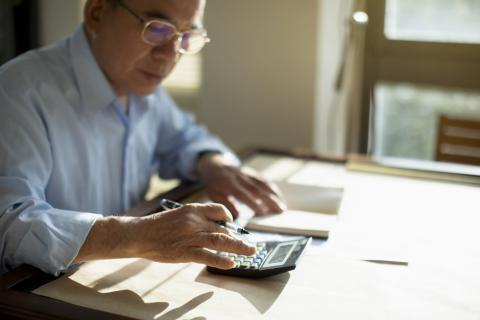 Pensionista calculando su jubilación