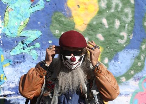 Persona con mascarilla en la calle durante la pandemia de coronavirus