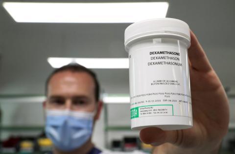 Un farmacéutico muestra un frasco de dexametasona.