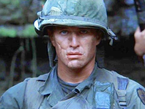 Tom Berenger como Sgt. Barnes.