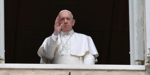 El Papa Francisco saluda desde la ventana del Palacio Apostólico el lunes de Pascua en el Vaticano el 13 de abril de 2020.