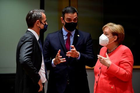 (de izq a der) El presidente de Grecia, Kyriakos Mitsotakis; el presidente de España, Pedro Sánchez; y la canciller federal alemana, Angela Merkel.