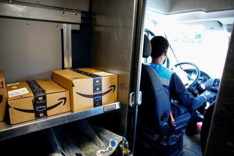 Un repartidor de Amazon llevando paquetes