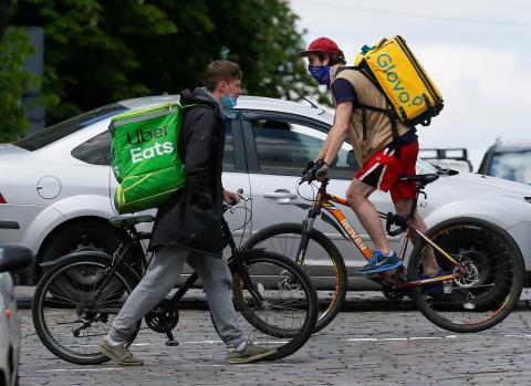 Un rider de Glovo y otro de Uber Eats