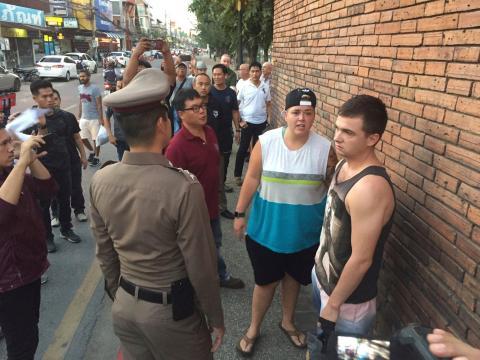 Brittney Schneider y Lee Furlong frente a Tha Pae Gate.
