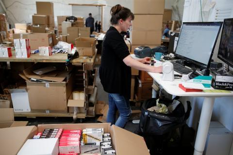 Trabajadora en un almacén de Amazon